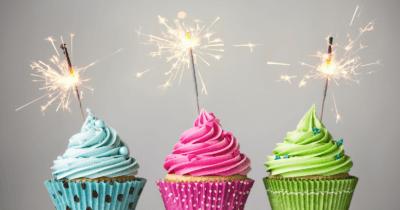 Man sieht drei cupcakes: ein blaues, ein rotes und ein grünes. Darauf sind brennende Wunderkerzen. Die Zahl drei hat eine grosse Bedeutung in der Leberreinigung.
