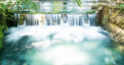 Man sieht das Wasser in kleinen Wasserfällen herunterfliessen. Genauso sollte die Lymphe fliessen.