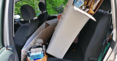 man sieht Karton auf dem Hintersitz eines Autos.