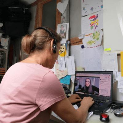 Man sieht Jeannine mit dem Kopfhörer vor dem Laptop sitzen. Das ist das 12. Bild von 12 von 12 am 12. Juni 2021