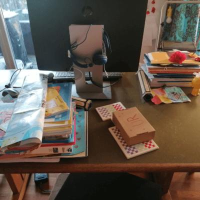 Man sieht einen unaufgeräumten Schreibtisch. Alle Schulsachen sind zum Wegräumen bereit. Heute ist der 12. Juni 2021. Das ist das 2. Foto für 12 von 12.