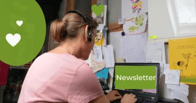 man sieht Jeannine am Computer arbeiten. Im Bildschirm steht weiss auf grün Newsletter. Im Monat Juli 2021 war Jeannine ständig am Computer.
