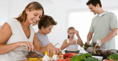 Man sieht eine Familie, die nach den Empfehlungen von Anthony William gesundes Essen zubereitet, mit Gemüse.