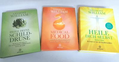 """Man sieht drei Bücher: ein grünes """"Heile deine Schilddrüse"""", ein oranges """"Medical Food"""", ein gelbes """"Heile dich selbst""""."""