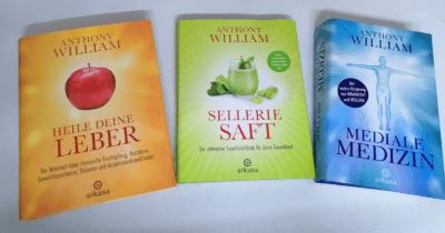 """Man sieht drei Bücher von Anthony William: ein oranges """"Heile deine Leber"""", ein grünes """"Selleriesaft"""", ein blaues """"Mediale Medizin"""""""