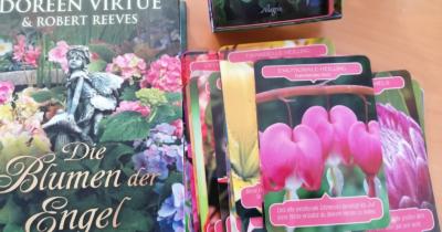 Man sieht das Buch von Doreen Virtue, Blumen der Engel mit den dazugehörigen Orakel-Karten.