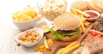 Man sieht sehr viel fettes Essen Hamburger, Pommes, Erdnüsse, Popcorn, Pizza. Nicht ideal um die Leber natürlich zu entgiften.