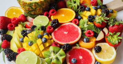 Man sieht sehr viele bunte Früchte aufgeschnitten. Ideal um die Leber natürlich zu entgiften und ein Tipp für Anfänger
