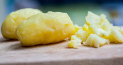 Man sieht gedämpfte Kartoffeln auf einem Holzbrett. In der Mono Cleanse sind Kartoffeln eine Option für die Verdauung.