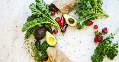 Man sieht Gemüse und Früchte. Diese sind ein gutes Hausmittel bei rissigen Fersen.
