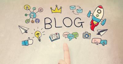 Man sieht verschiedene Sketchnotes zum Thema Blog: eine Rakete, Briefe, Social-Media Zeichen, eine Glühbirne, Fotoapparat, ein Buch, eine Krone usw. Das braucht es, um die Sommer Business Pläne 2021 im Blog umzusetzen