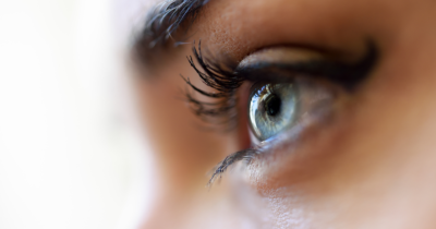 Man sieht einen Ausschnitt eines Frauengesichtes. Den Blick von Ihr, nur das Auge. Sichtbarkeit ist ein wichtiger Punkt in den Sommer Business Plänen 2021
