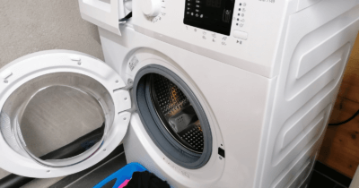 Man sieht eine weisse Waschmaschine, die Jeannine im September 2021 erhalten hat.